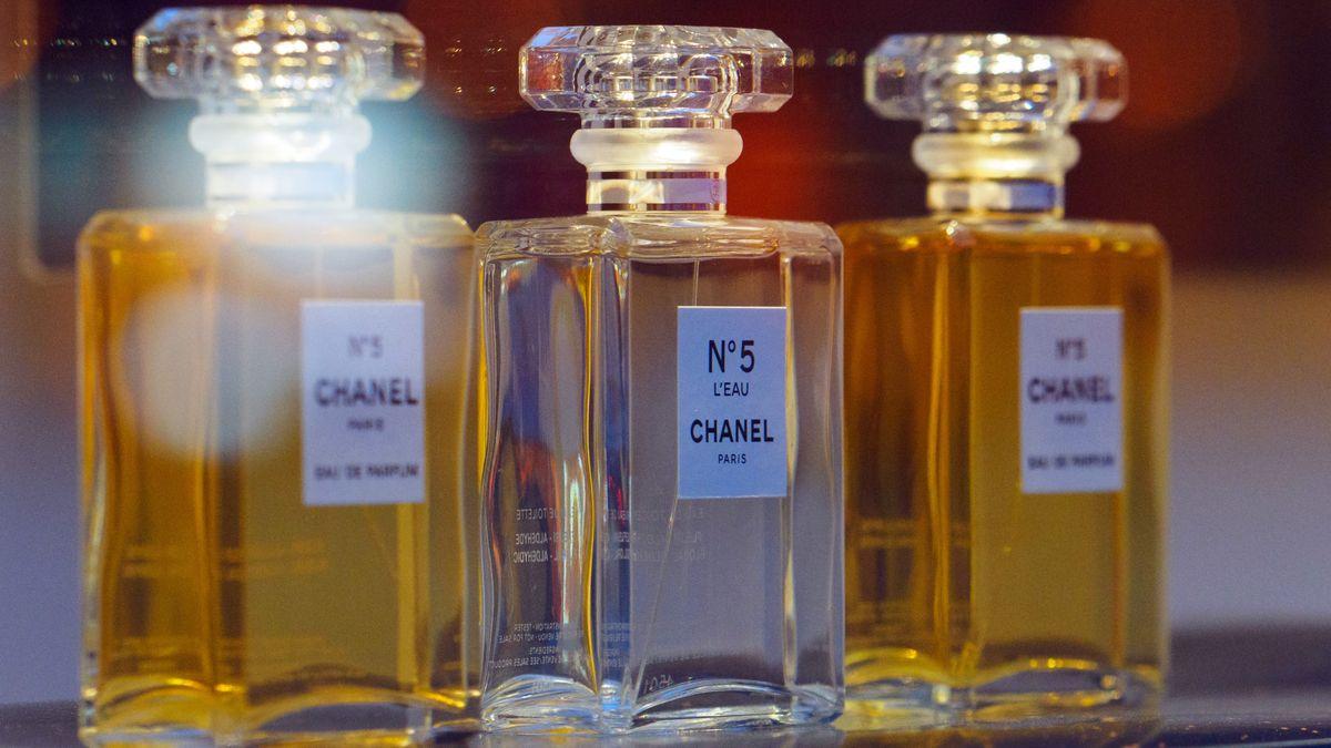 Chanel No 5-Flakons auf einem Regal