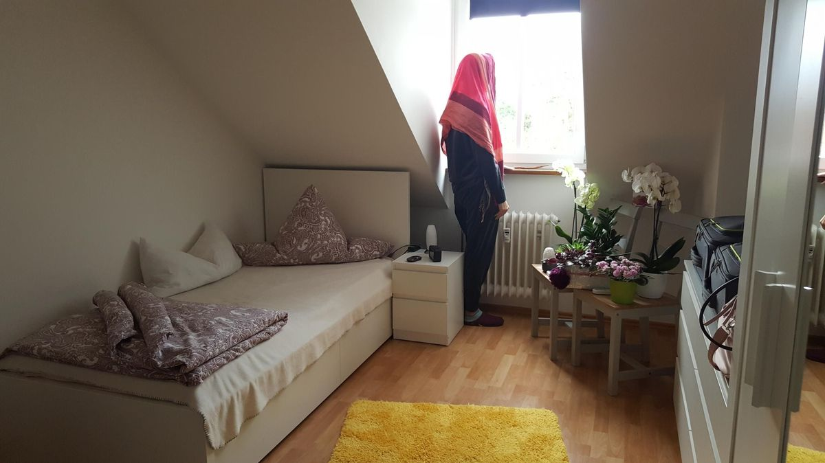 """""""Rosi"""" in ihrem Zimmer. Die WG hat das Frauenhaus angemietet. Als Zwischenschritt ins neue Leben. Hier soll """"Rosi"""" zur Ruhe kommen."""