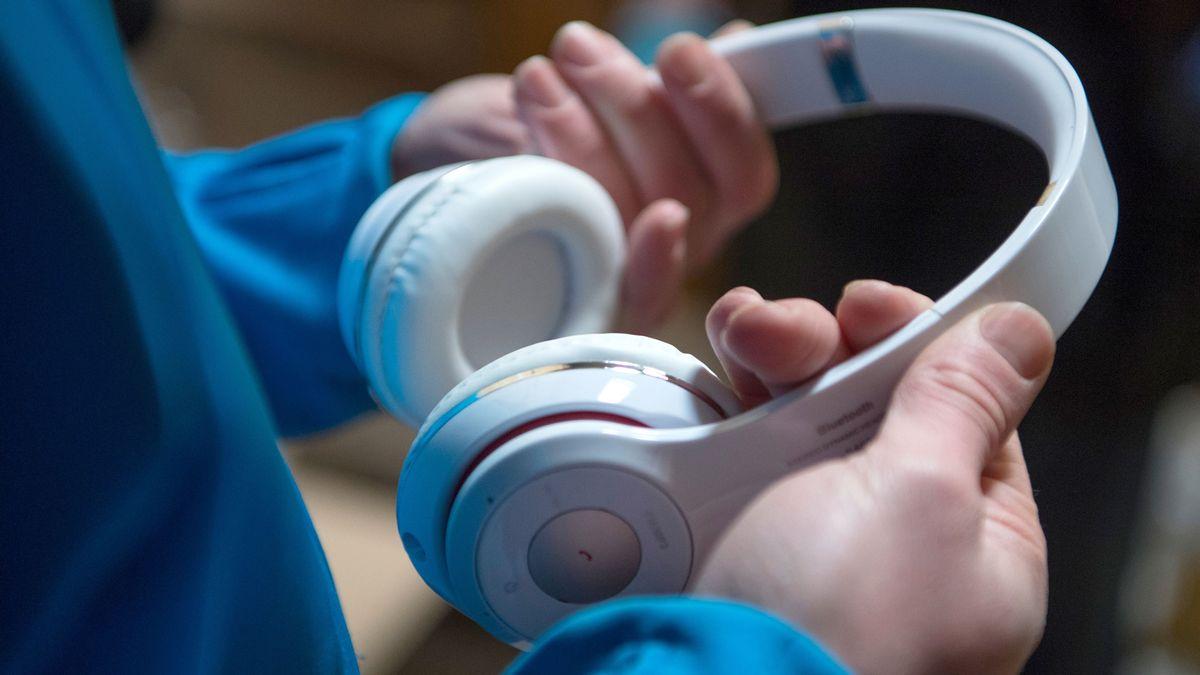 Angeklagter soll wissentlich gefälschtes Handyzubehör, wie Kopfhörer oder Ersatzakkus, in Deutschland verkauft haben. (Symbolbild)