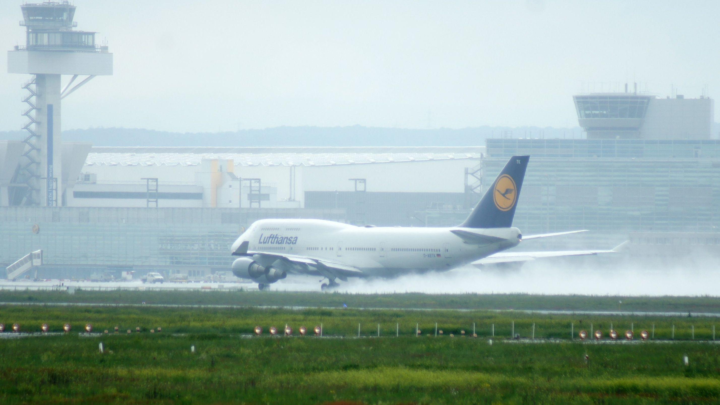Landender Jumbo auf dem Flughafen Frankfurt