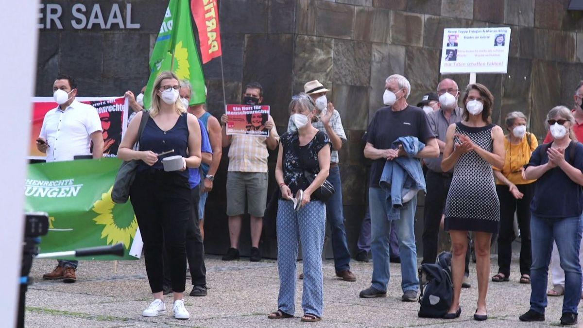 Demonstrantinnen und Demonstranten zeigen ihre Solidarität mit der Nürnberger Ärztin