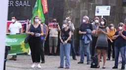 Demonstrantinnen und Demonstranten zeigen ihre Solidarität mit der Nürnberger Ärztin | Bild:BR-Fernsehen