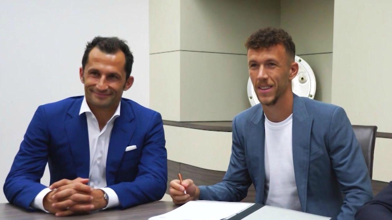 Ivan Perisic (re.) bei der Vertragsunterzeichnung beim FC Bayern München neben dem Sportdirektor Hasan Salihamidzic