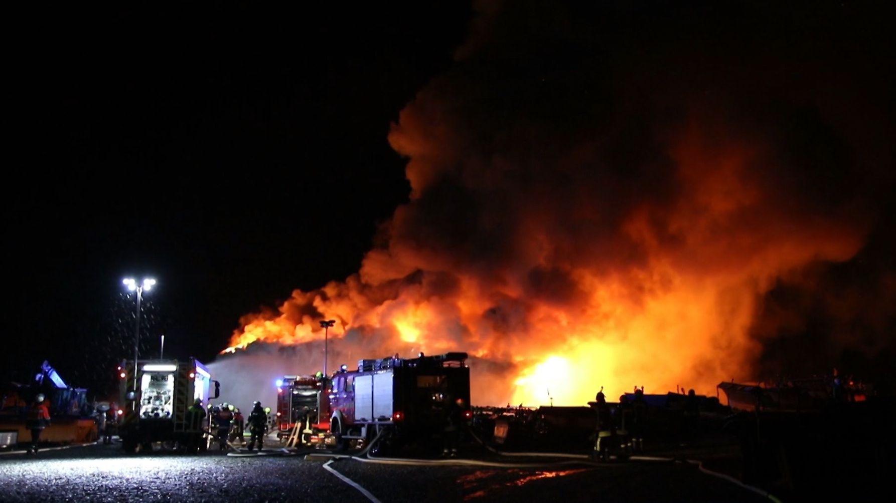 200 Feuerwehrleute waren bei den Löscharbeiten der Lagerhalle in Tittling im Einsatz