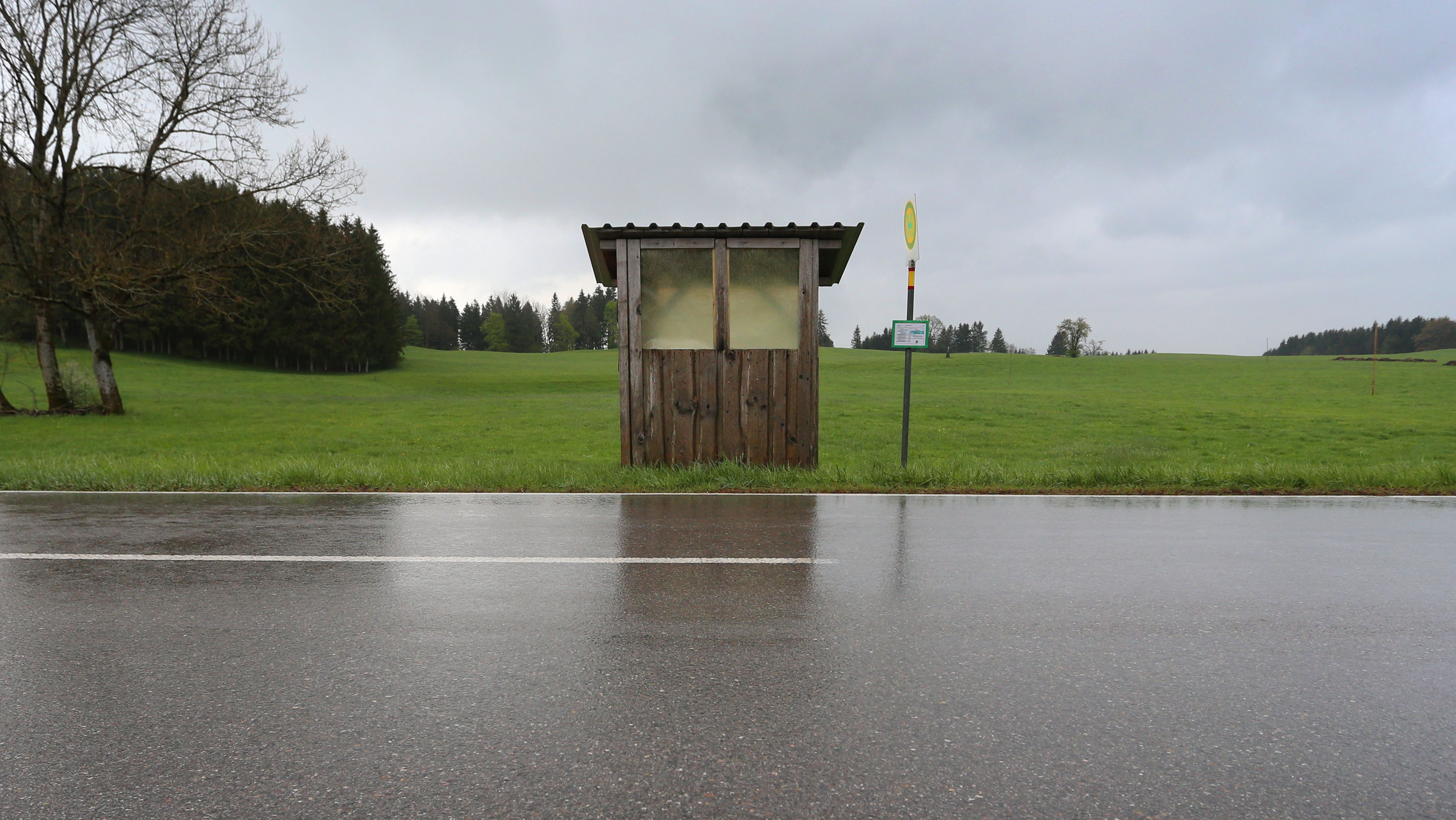 Eine Bushaltestelle in Bernbeuren (Oberbayern)