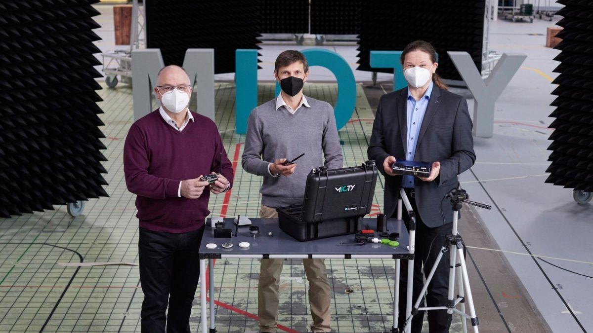 Gewinner des Joseph-von-Fraunhofer-Preises für das Funkübertragungssystem mioty®: Prof. Michael Schlicht, Josef Bernhard und Dr. Gerd Kilian (v.l.n.r).