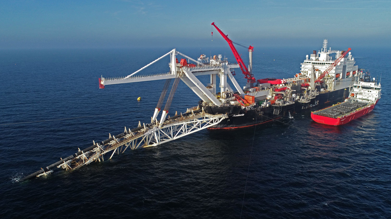 """Das Verlegeschiff """"Audacia"""" des Offshore-Dienstleisters Allseas verlegt in der Ostsee vor der Insel Rügen Rohre für die Gaspipeline Nord Stream 2."""
