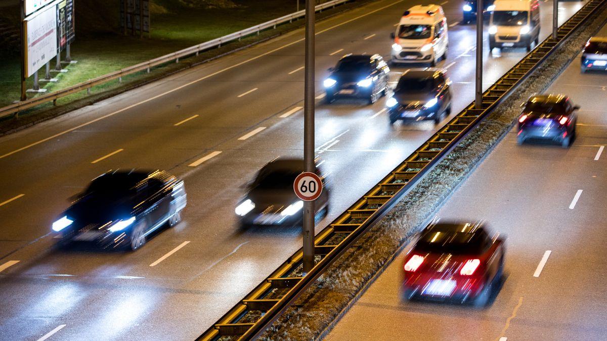 Mittlerer Ring mit 60 km/ h Verkehrsschild in München bei Nacht