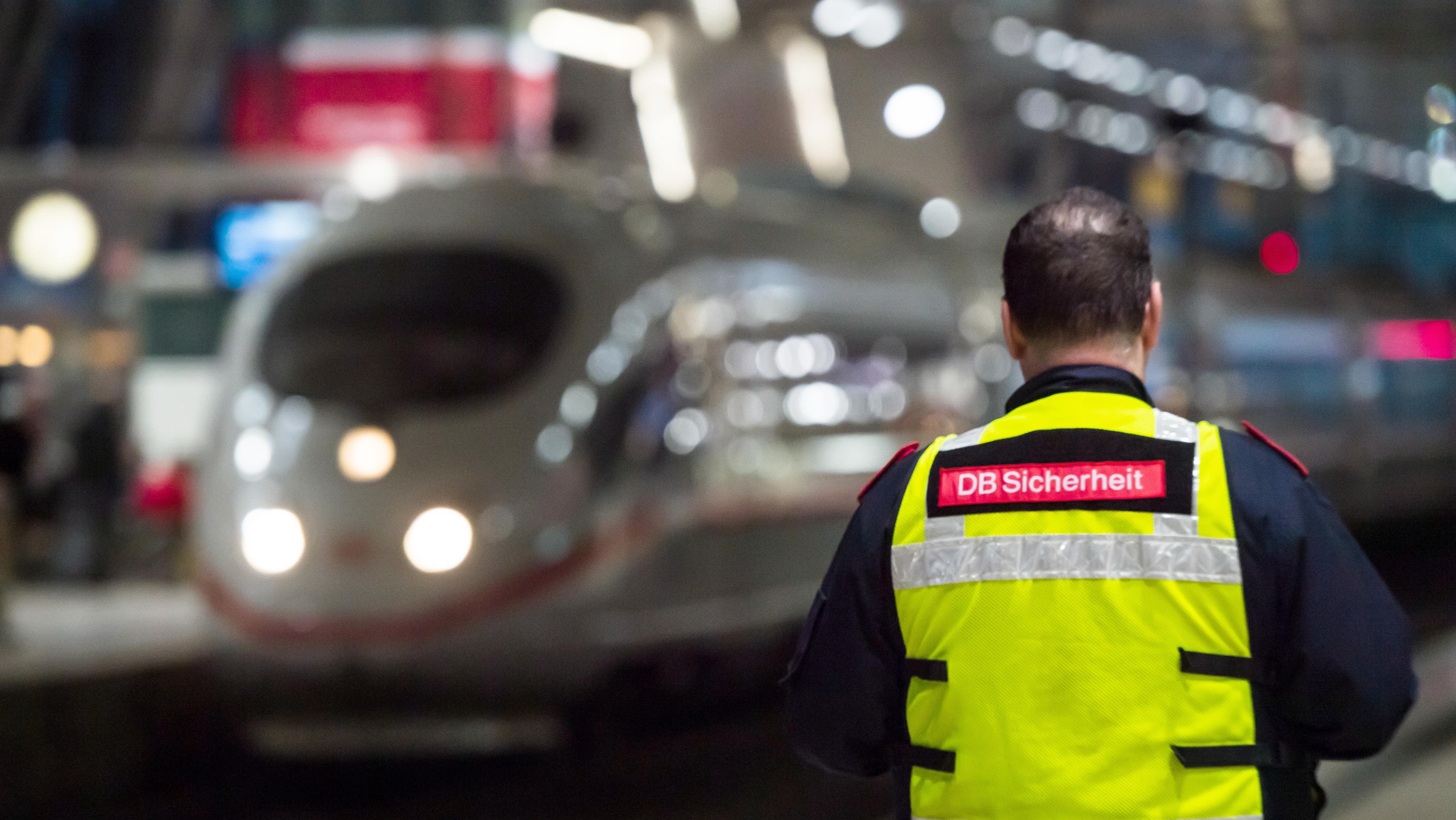 DB-Sicherheitsmitarbeiter auf dem Bahnsteig des Flughafens