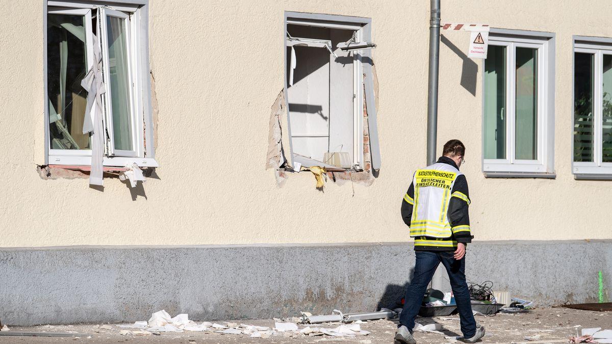 Ein Mitarbeiter vom Katastrophenschutz geht an der Rettungswache des BRKs vorbei, in der es zu einer Explosion gekommen war.