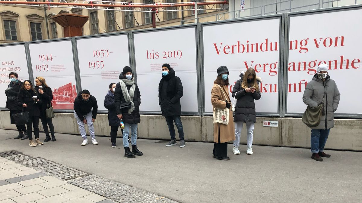 Schlange am 05.12.2020 vor einem Laden in der Münchner Innenstadt.