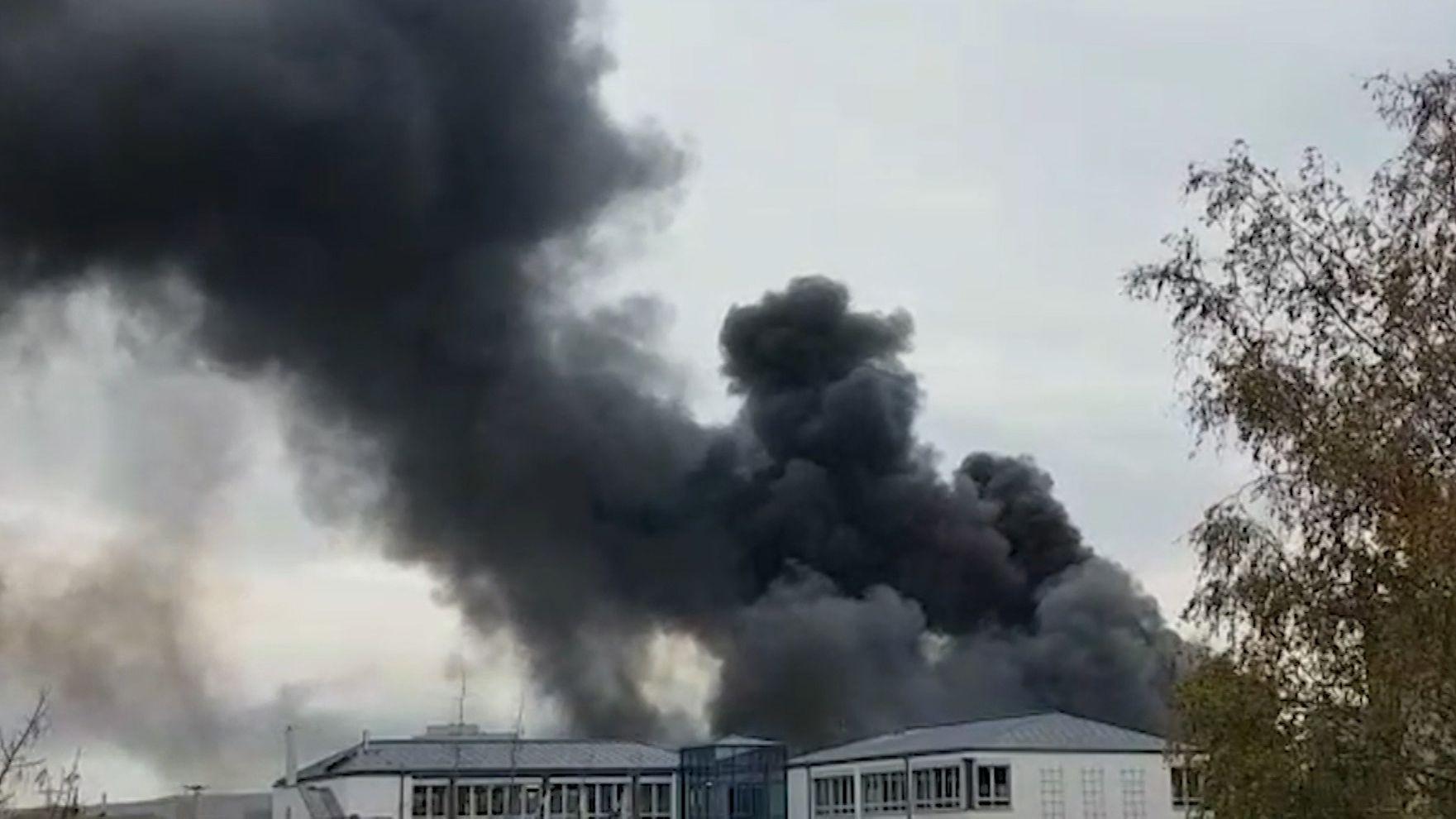 Dicke Rauchschweaden steigen über dem Bosch-Werk auf