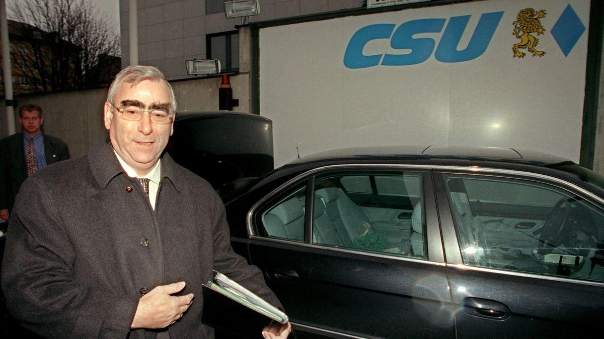 1998: CSU-Chef Theo Waigel geht nach zehn Jahren als Parteivorsitzender zur letzten von ihm geleiteten Vorstandssitzung in München.