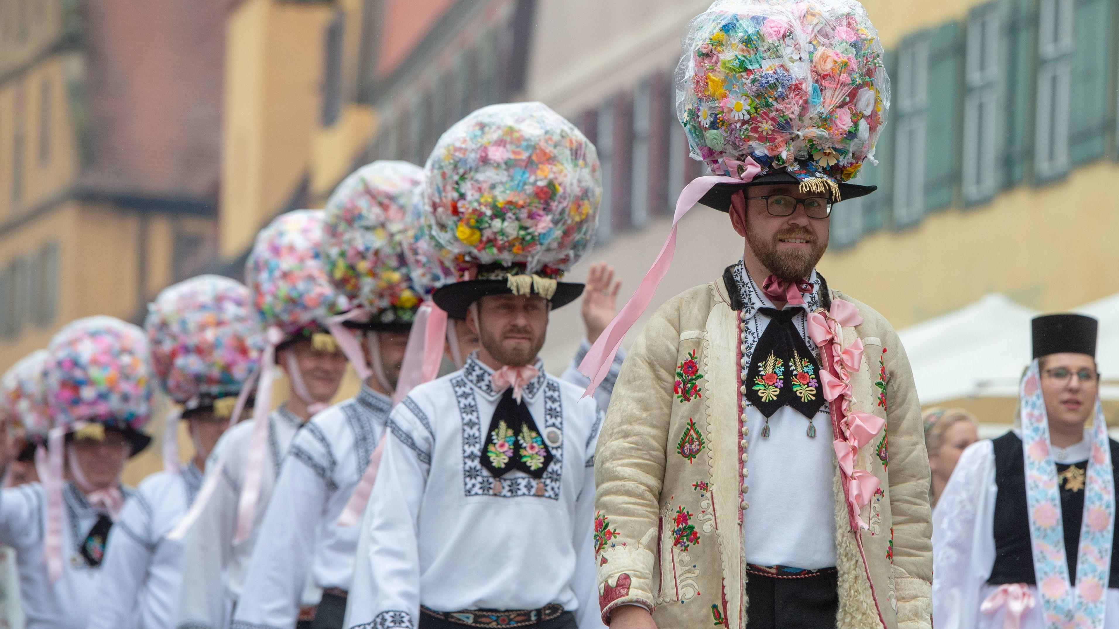 Männer mit prächtigem Hutschmuck beim Trachtenumzug der Siebenbürger Sachsen in Dinkelsbühl 2018