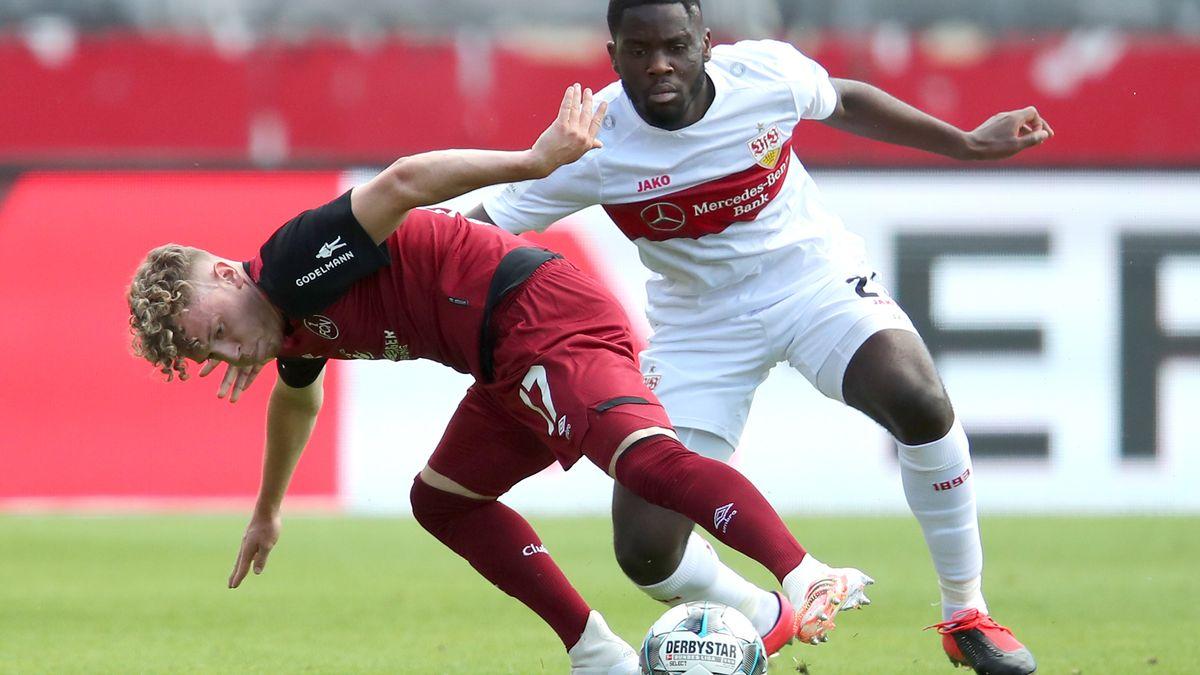 Der Nürnberger Robin Hack (l) kämpft mit dem Stuttgarter Orel Mangala um den Ball.
