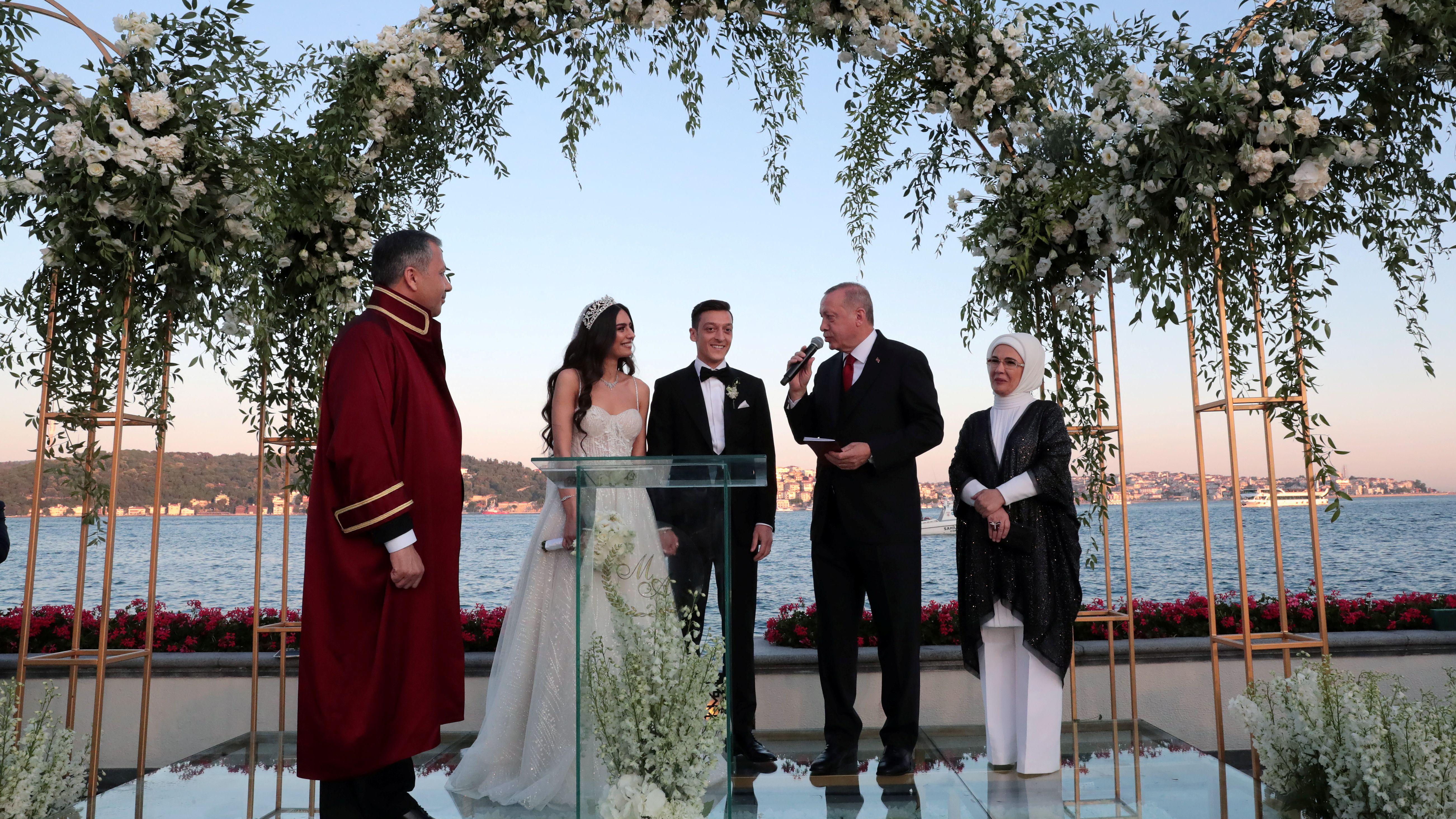 Fußballstar Mesuzt Özil hat in Istanbul seine Verlobte Amine Gülse geheiratet. Der türkische Präsident Erdogan war auch dabei.