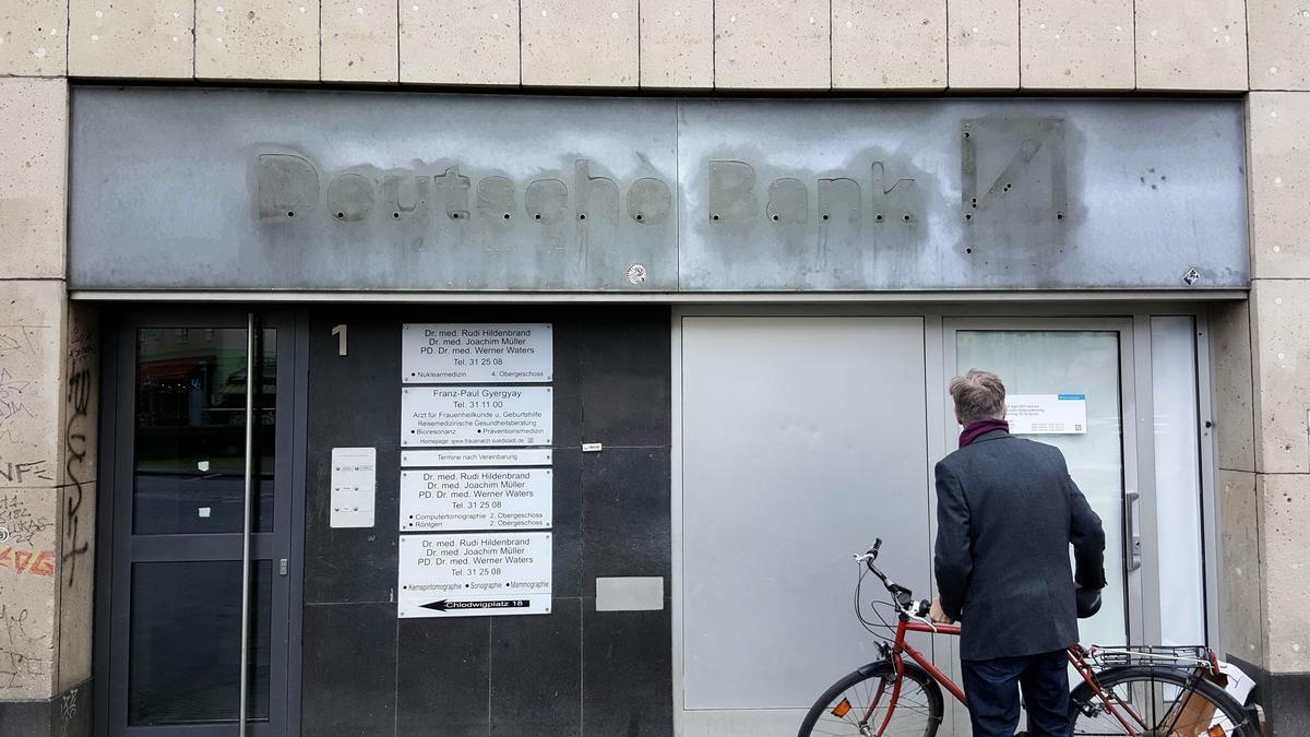 Mann vor geschlossener Bankfiliale