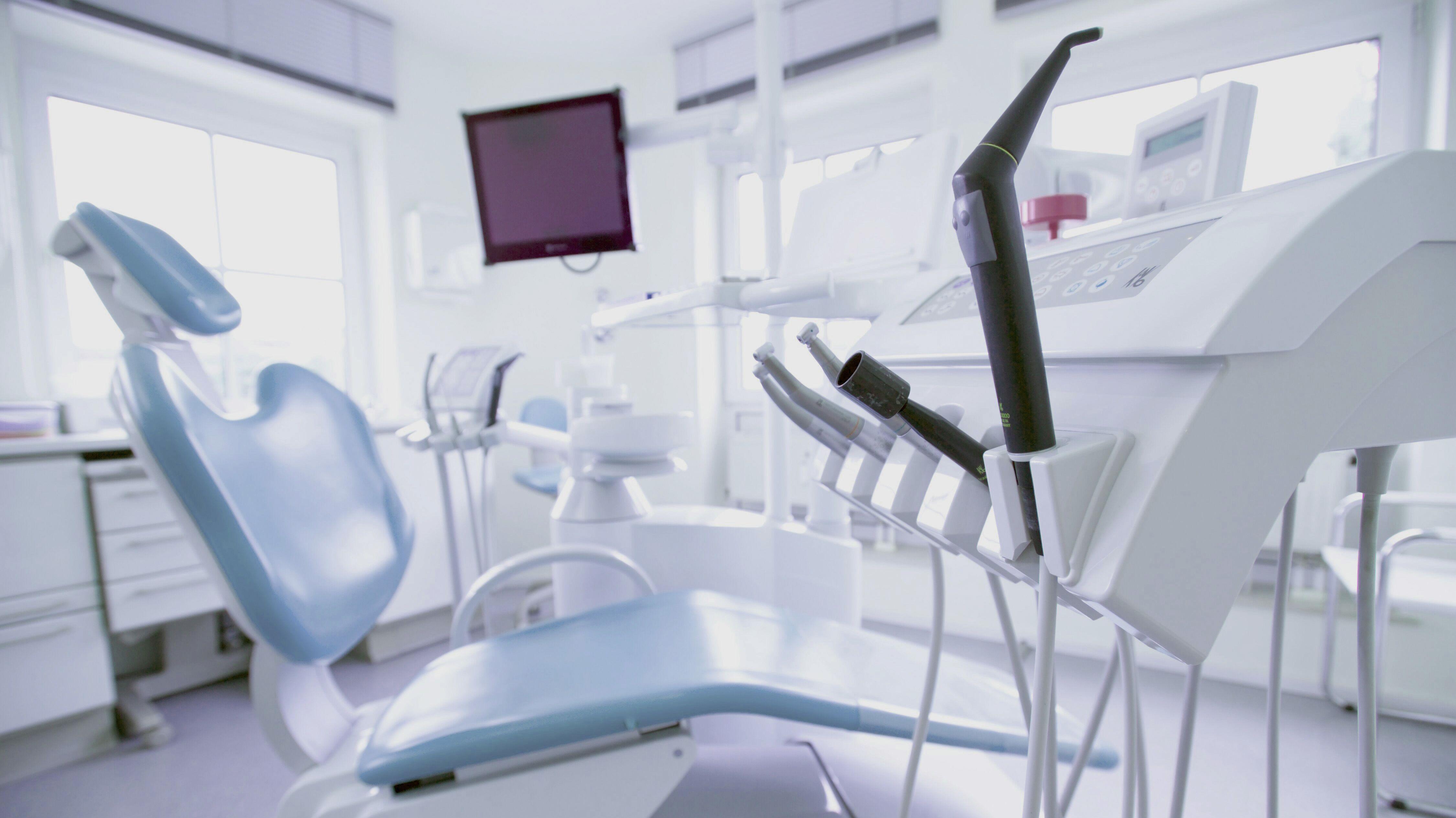 Zahnarztpraxis: Behandlungsstuhl, Instrumente