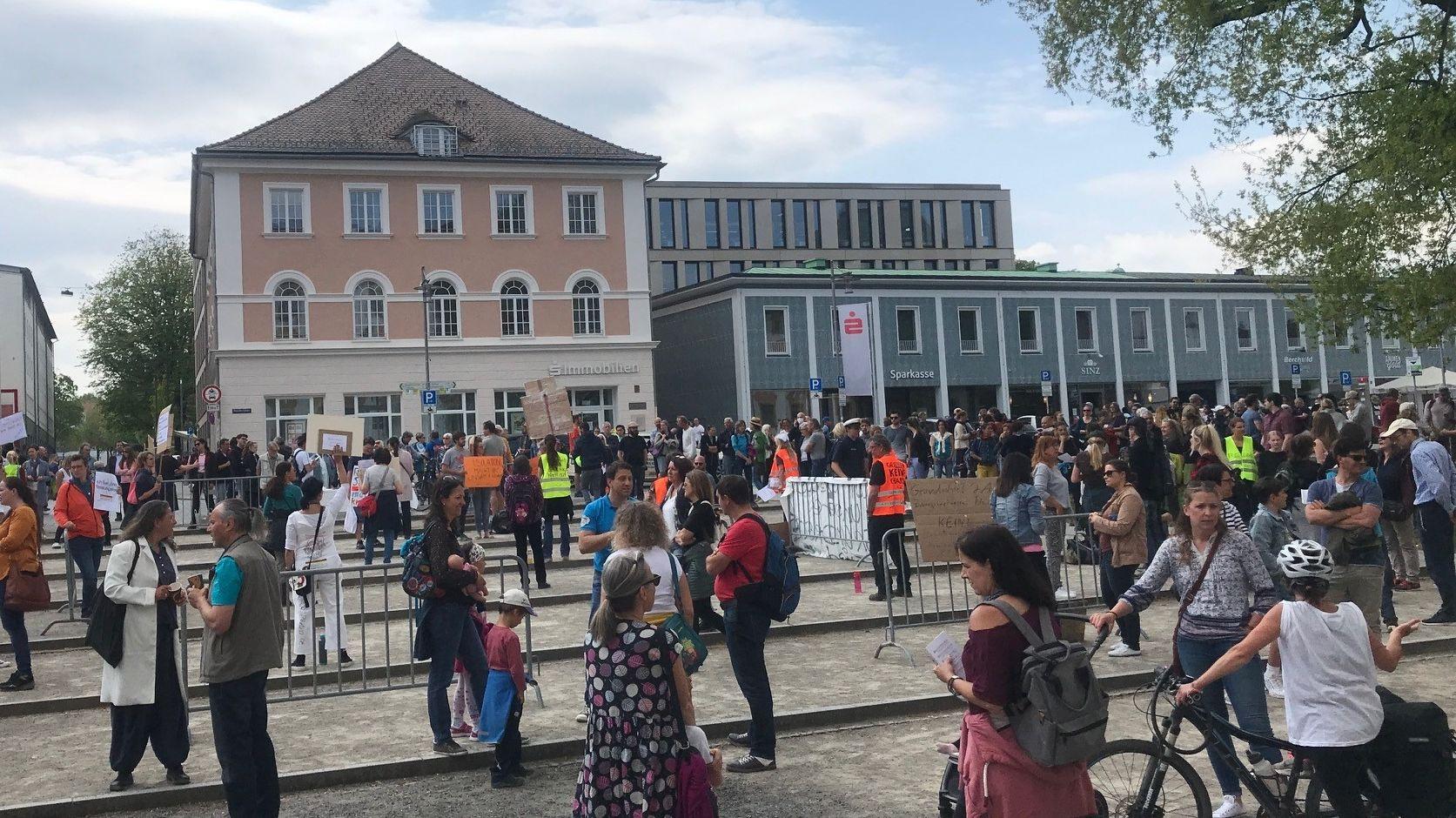 Schaulustige und Demonstranten auf dem Residenzplatz in Kempten