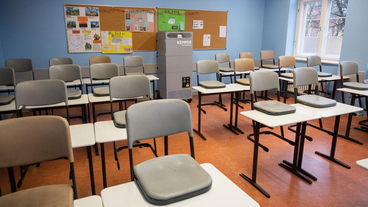 In einem Klassenraum steht ein Luftreiniger, der die Corona-Infektionsgefahr während des Unterrichts senken soll.