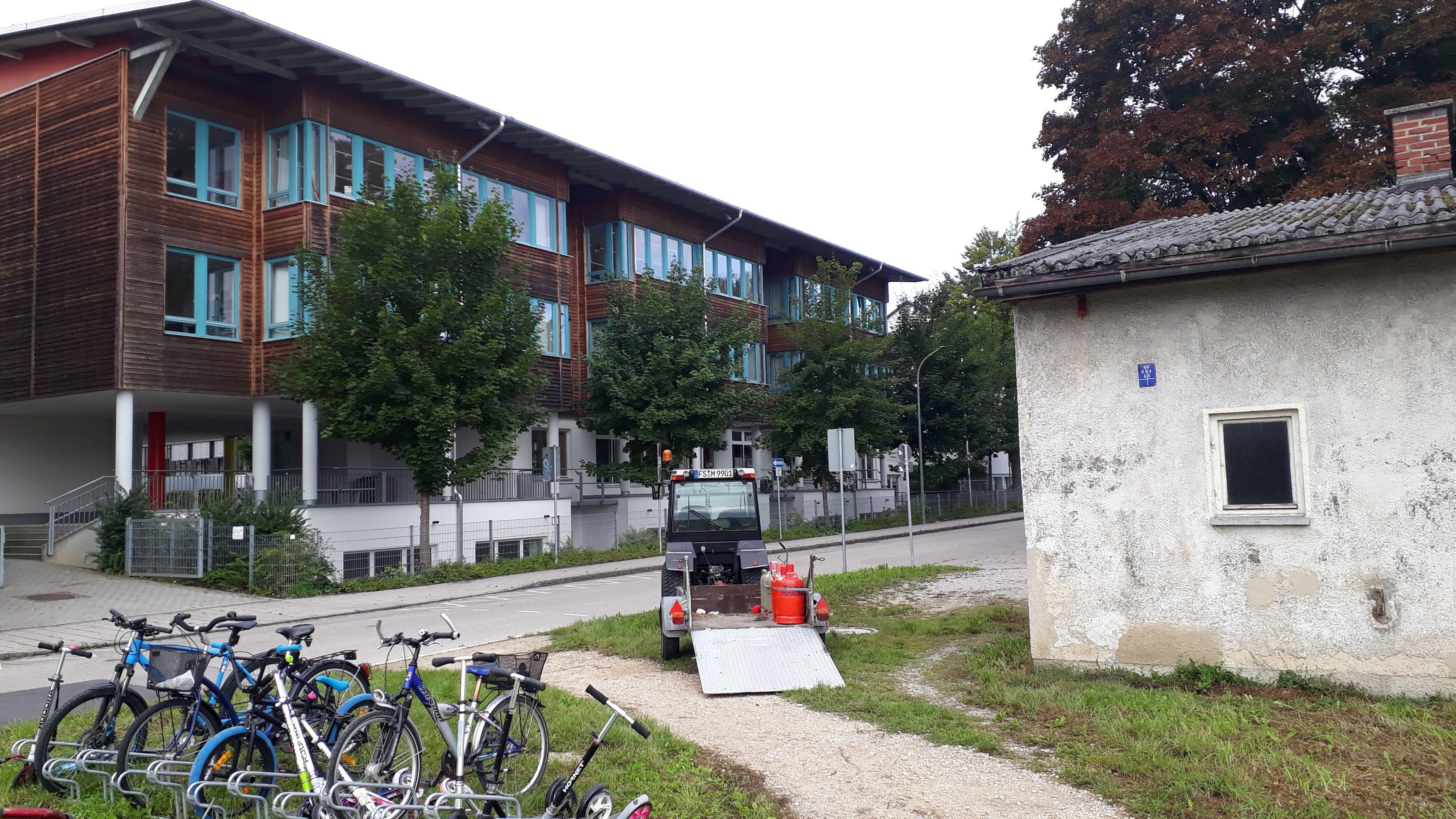 Ein Gebäudeteil der Kriegsgefangenenbaracken (rechts) und das gegenüberliegende Schulhaus.