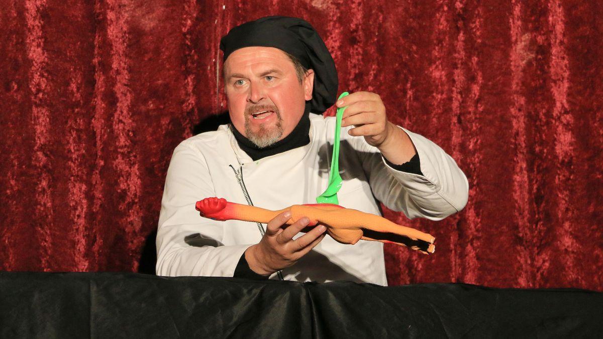 Der Gourmet-Koch präsentiert Gummi-Huhn
