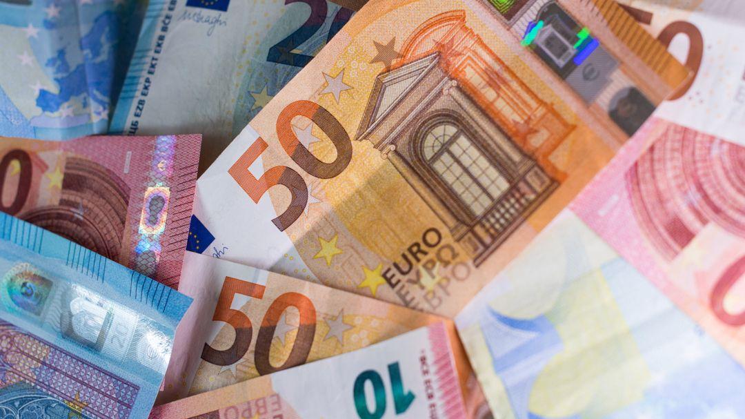 Zahlreiche Banknoten liegen auf einem Tisch (Symbolbild).