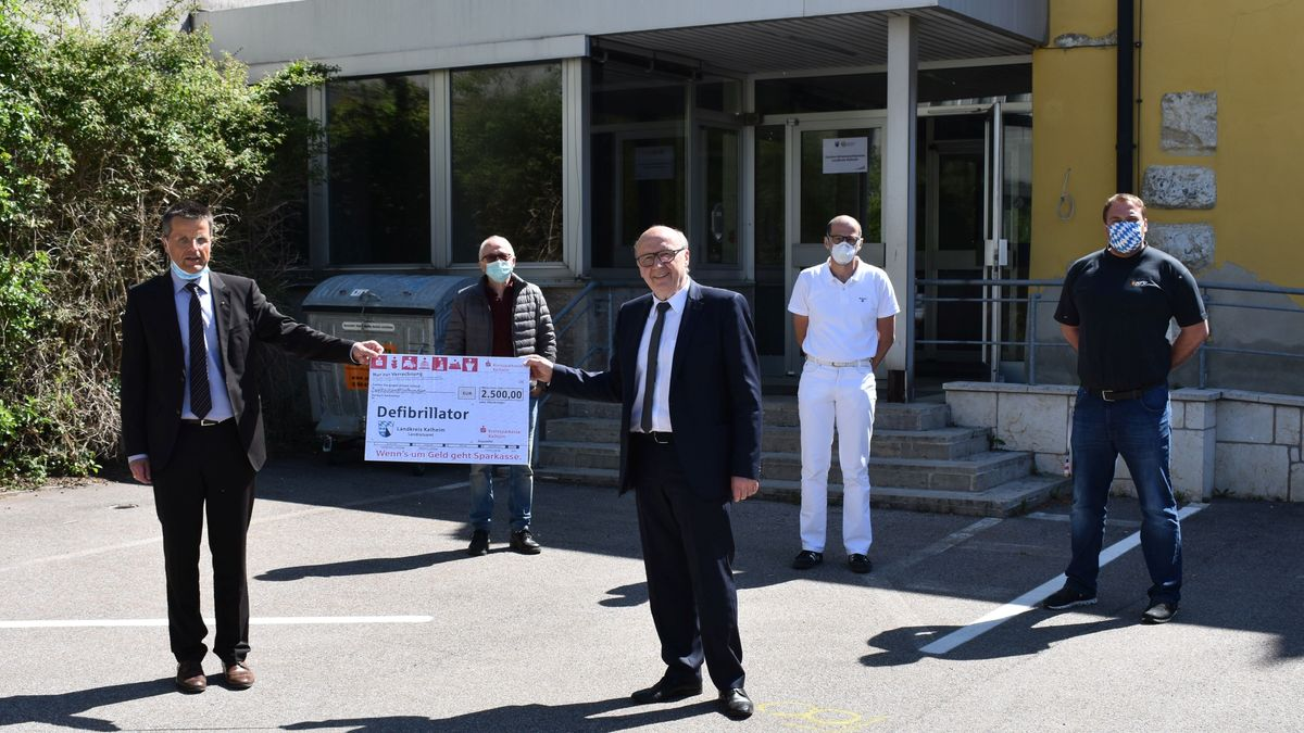 Die Schwerpunktpraxis Kelheim erhält einen Defibrillator