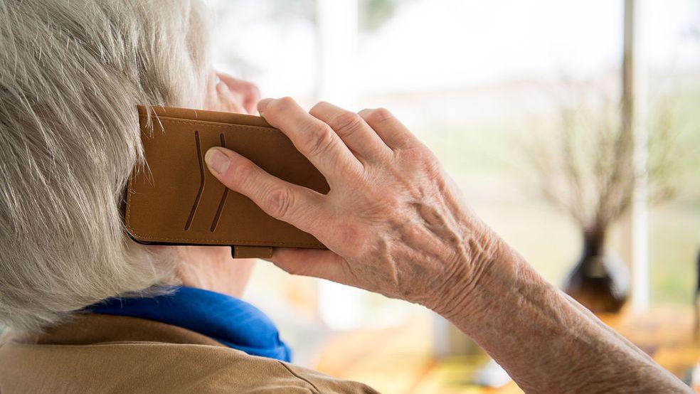 Symbolbild - Seniorin spricht am Handy.