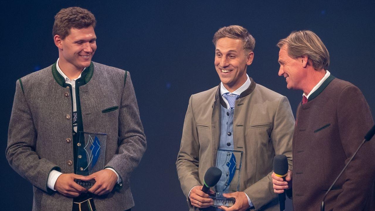 Thomas Dreßen (l) und Josef Ferstl (M) bekommen ihren Preis von Laudator Markus Wasmeier (r) überreicht.
