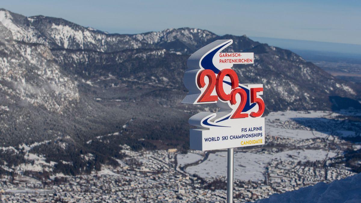 Blick auf Garmisch-Partenkirchen und Bewerbungsschild für die WM 2025