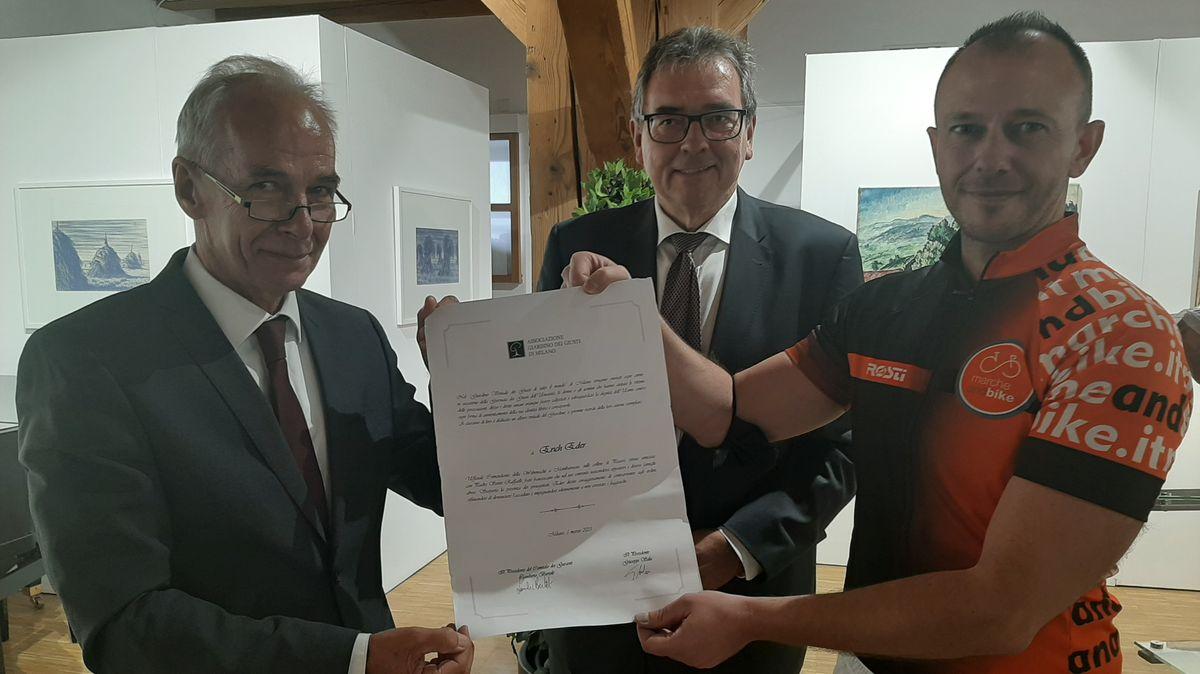 """Bürgermeister Emanuele Petrucci (r.) brachte die Urkunde mit: Erich Eder wurde in Mailand in einen """"Garten der Gerechten der Welt"""" aufgenommen."""