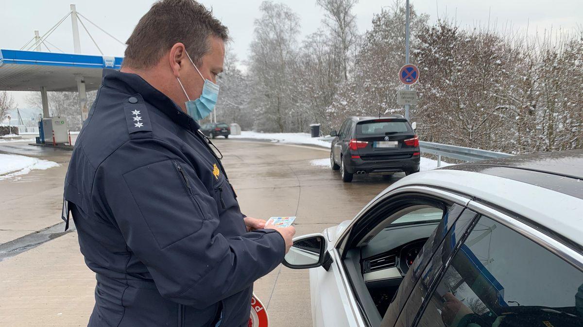 Ein Polizist kontrolliert bei Passau ein Auto