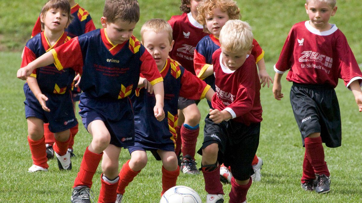 Kinder bei einem Fußballturnier