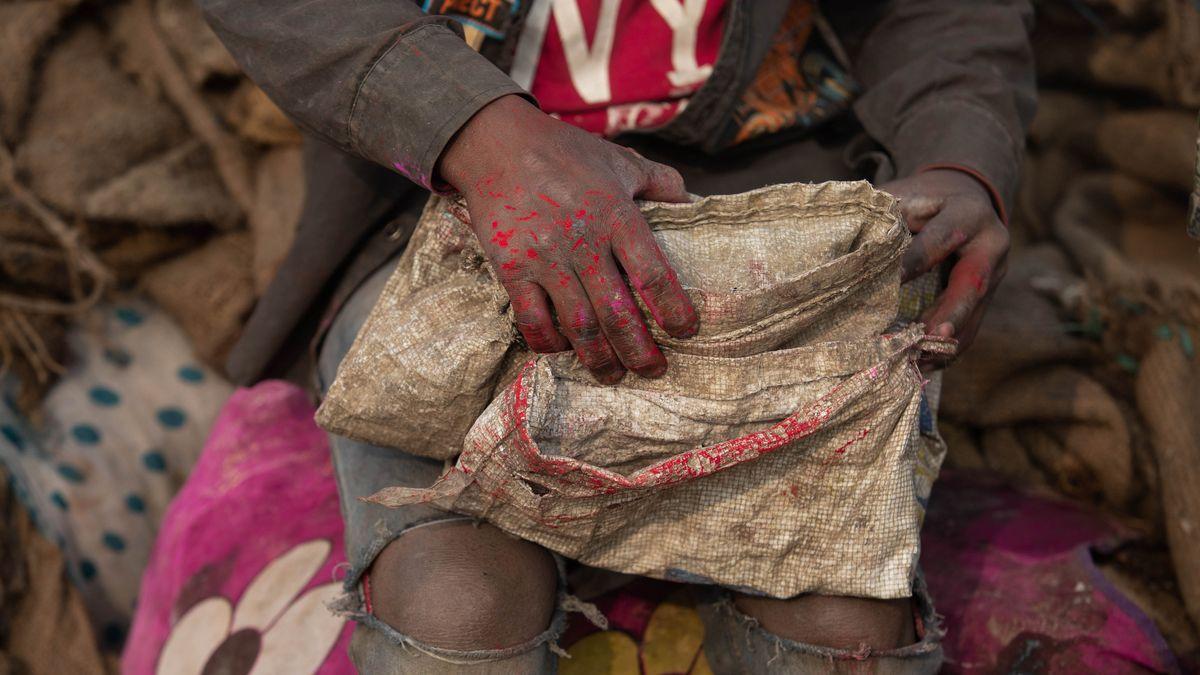Ein Kind, das in Indien Lumpen sammelt.