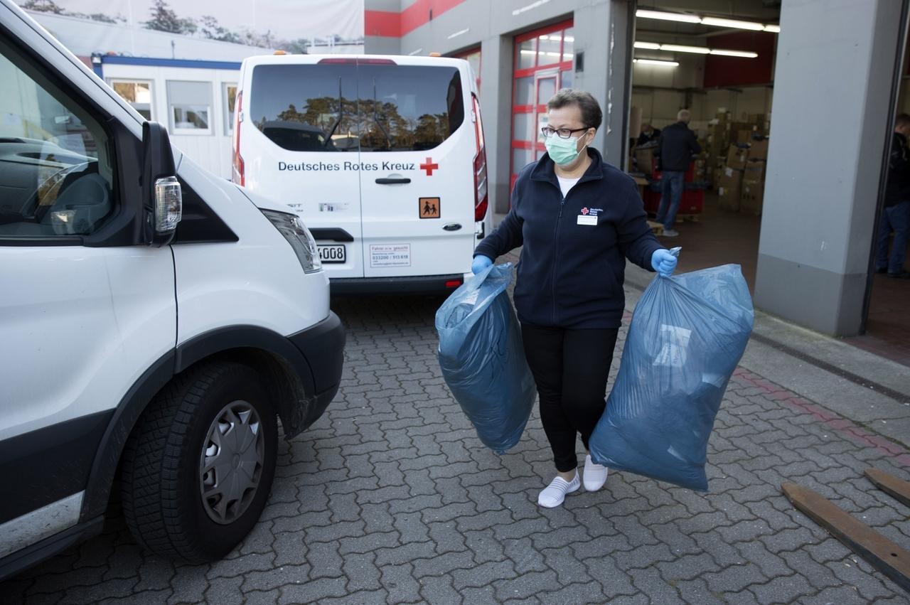 Die KVBB verteilt mit Hilfe des DRK medizinische Schutzausrüstung an Ärzte.