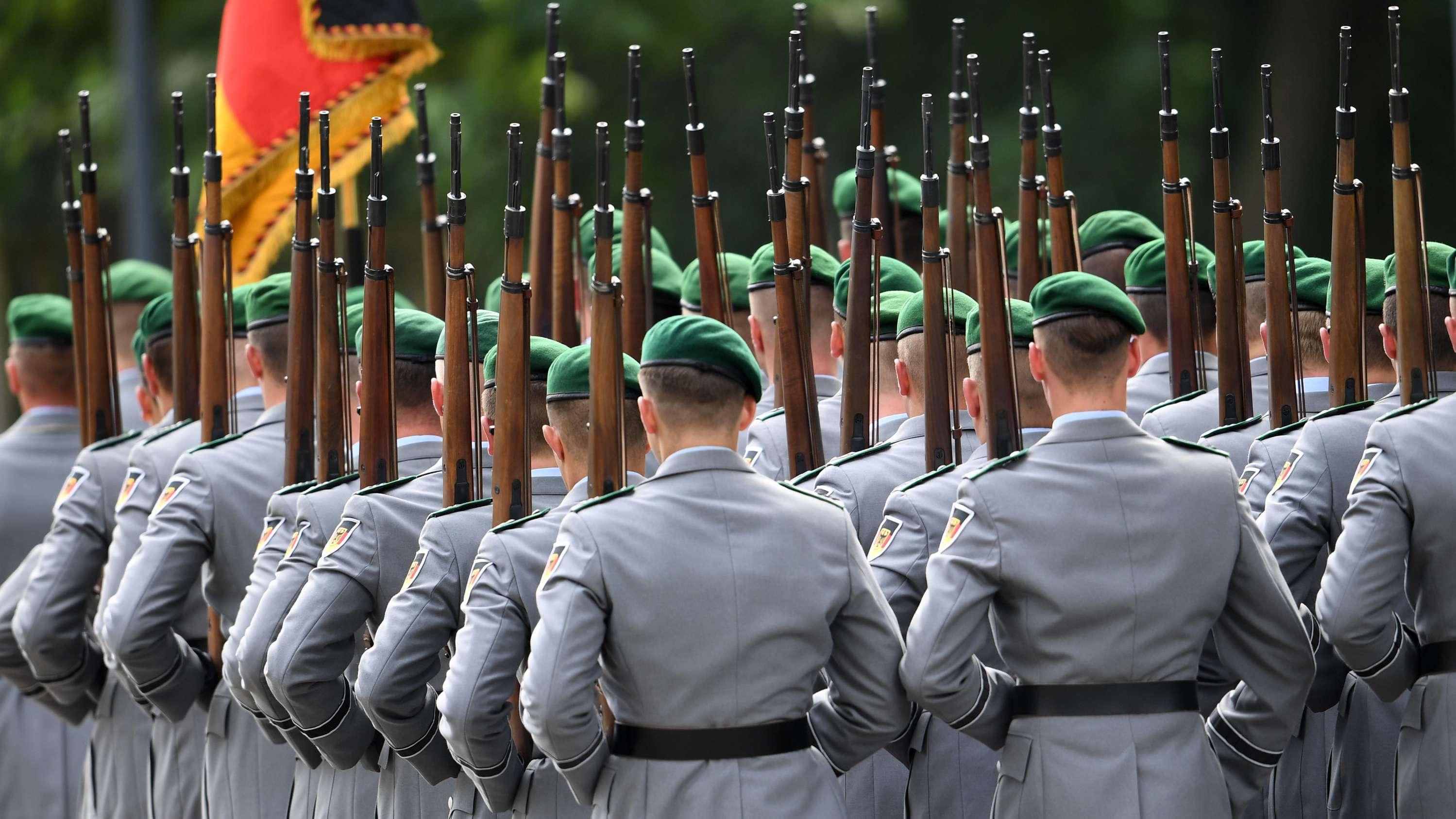 Wachbataillon der Bundeswehr marschiert bei einer Gedenkveranstaltung für die Opfer der nationalsozialistischen Gewaltherrschaft