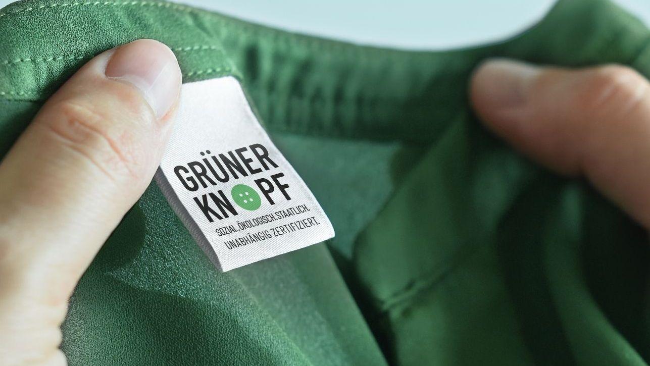 "Siegel ""Grüner Knopf"" an einem Kleidungsstück"
