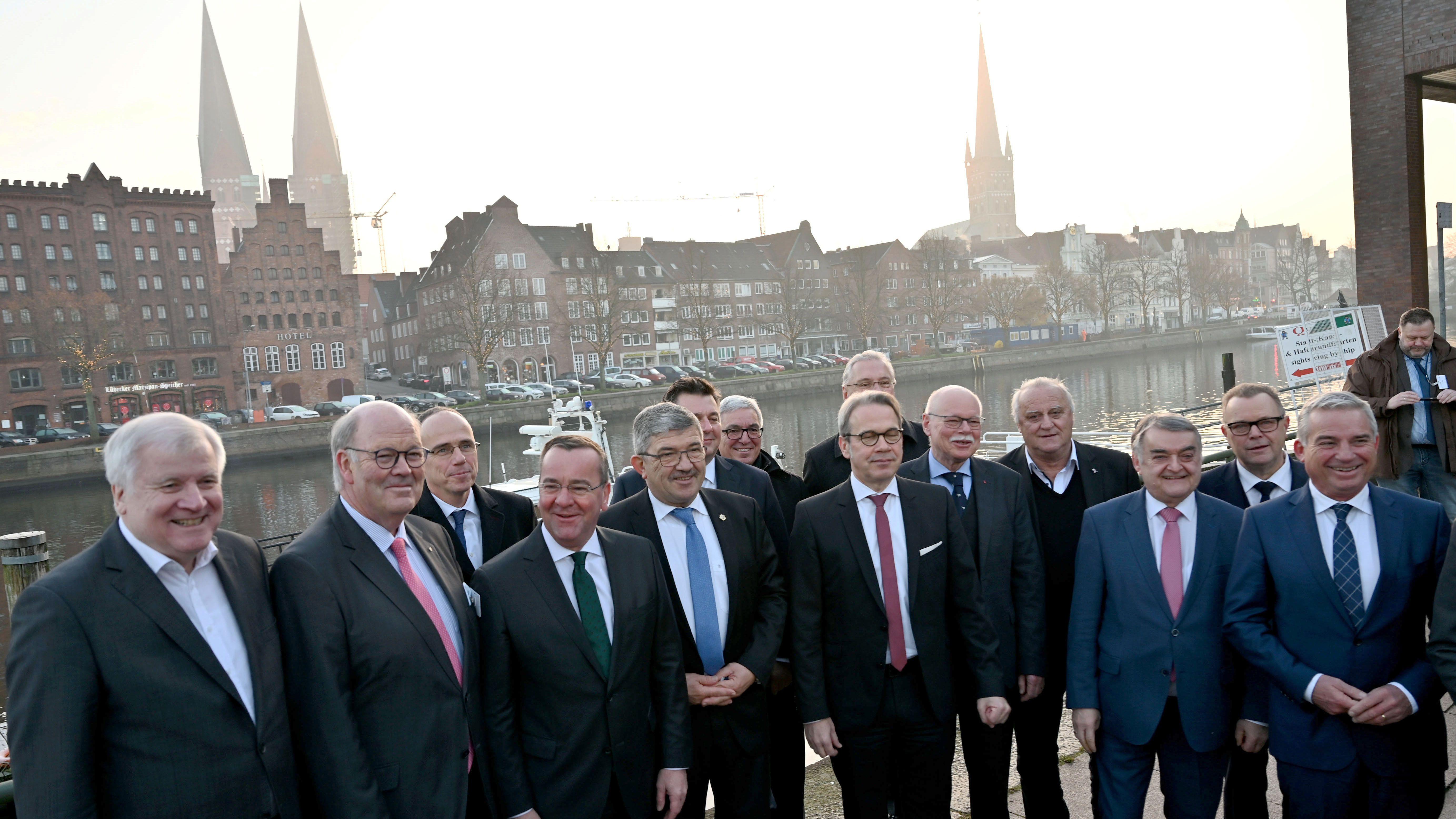 Gruppenbild vor der Innenministerkonferenz