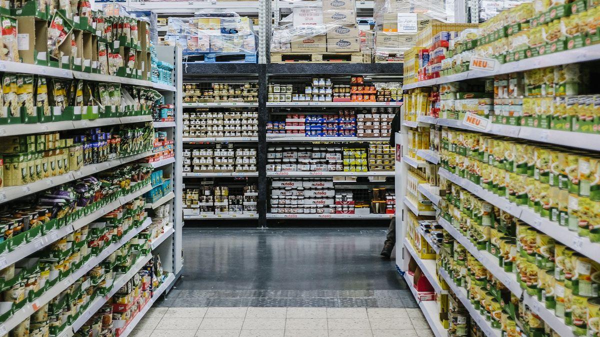 Gefüllte Regale in einem Supermarkt.
