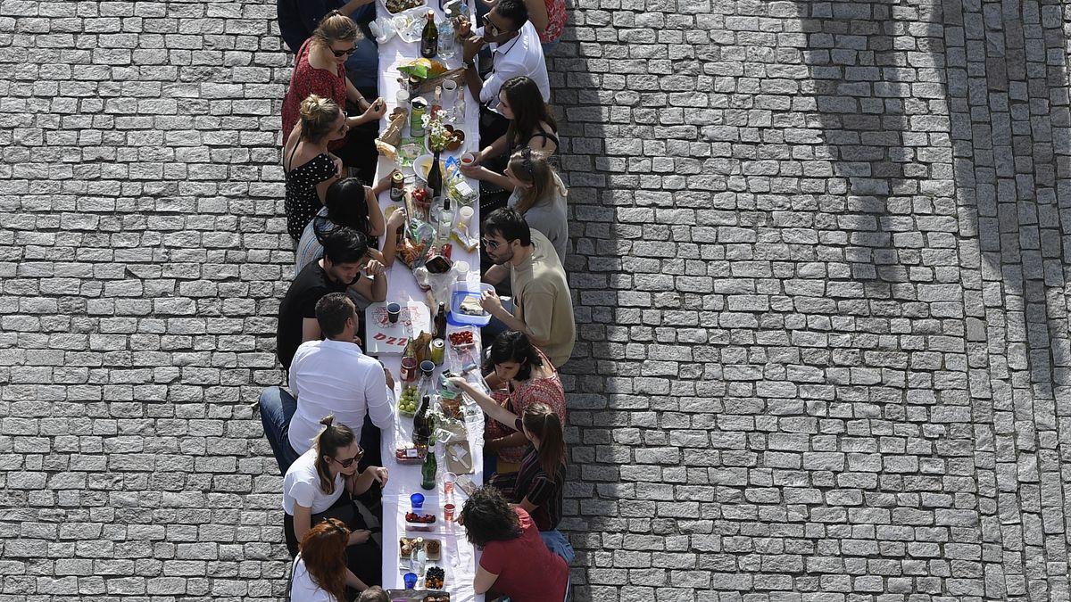 Prager dinieren auf der Karlsbrücke