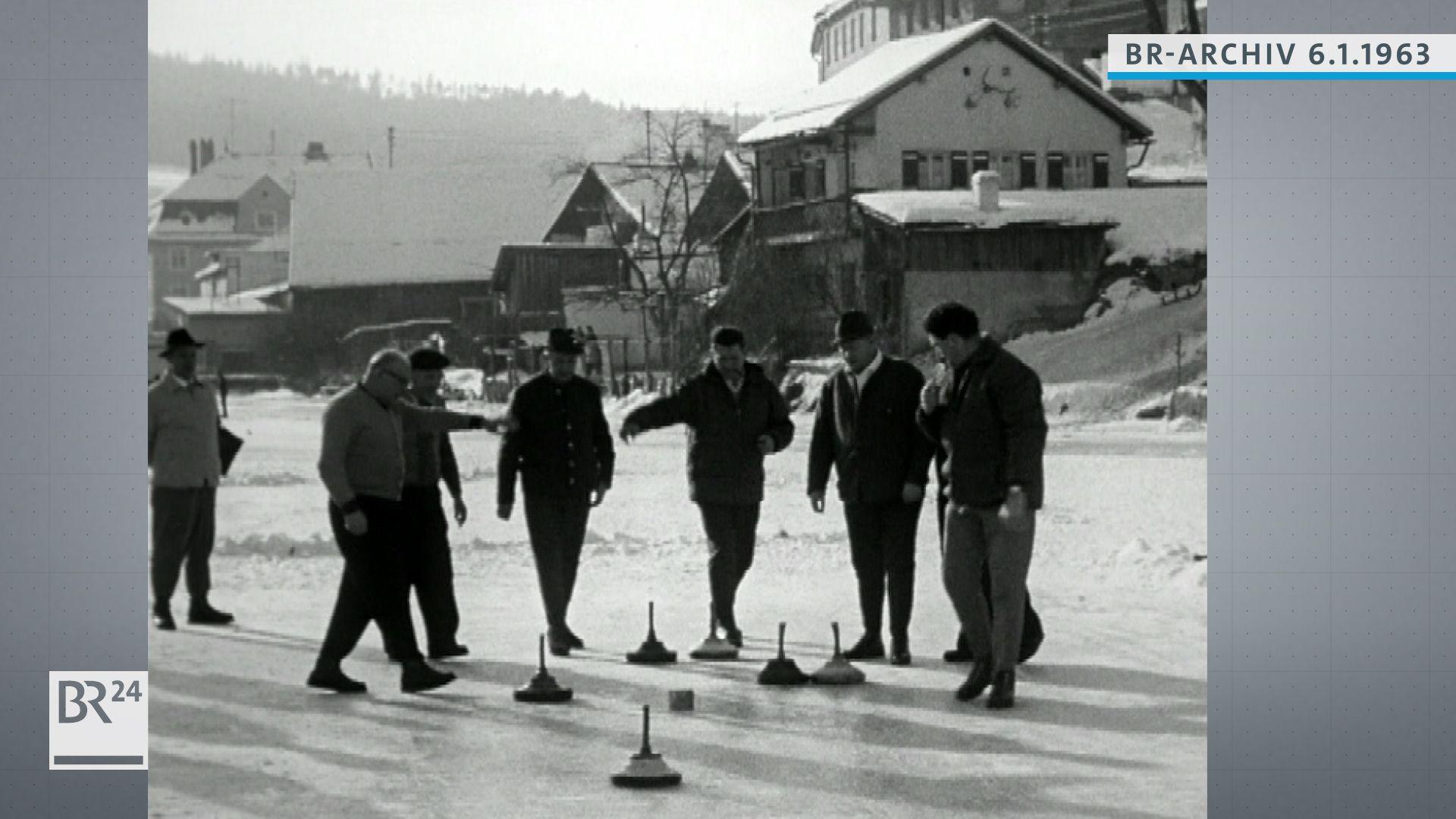 Männer beim Eisstockschießen