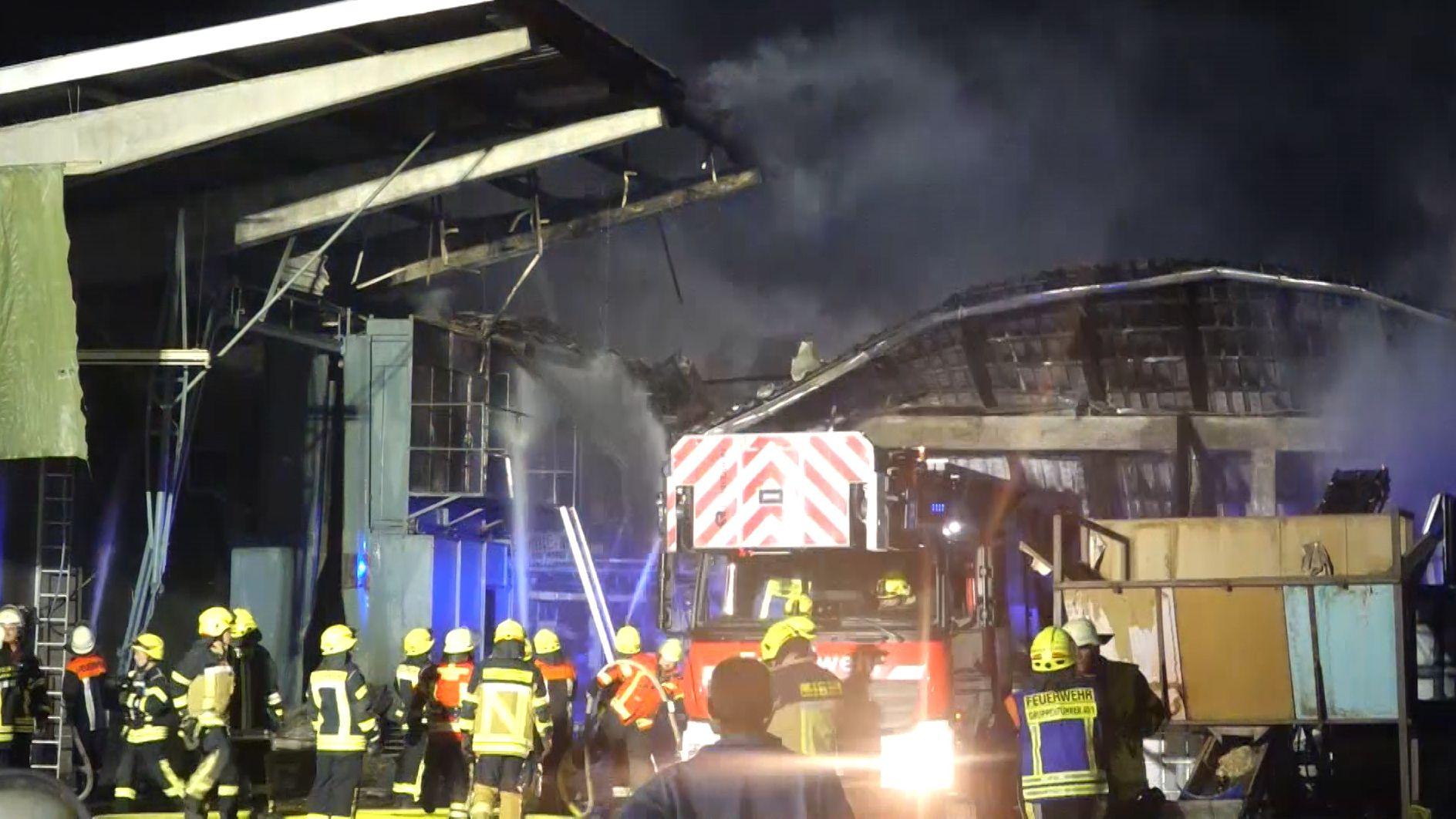 Wohl wegen eines technischen Defekts fing eine Hopfenerntemaschine im Landkreis Kelheim Feuer - die Flammen griffen auf die Halle über.
