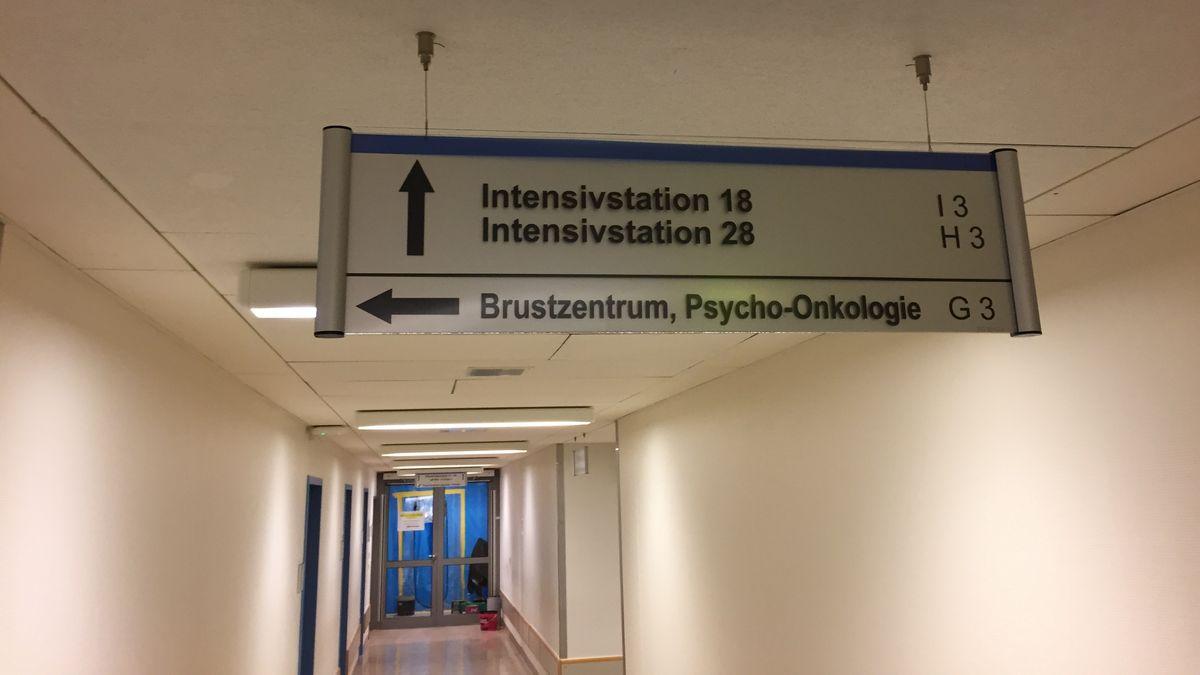 Ein Schild zeigt Besuchern den Weg zur Intensivstation im Klinikum Bayreuth.