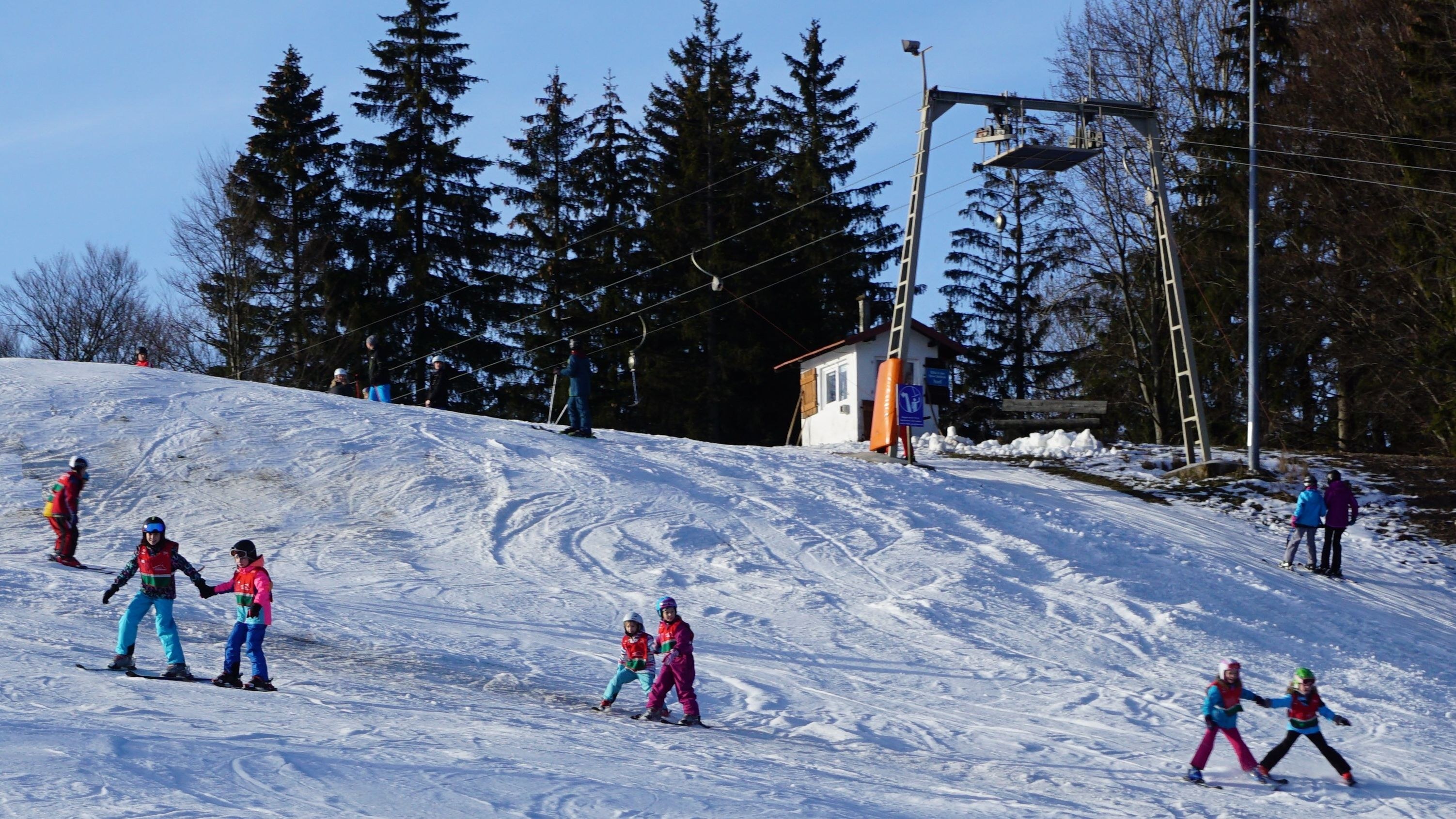Der Bleaml-Alm-Lift im Fichtelberg mit Kindern auf der Piste.