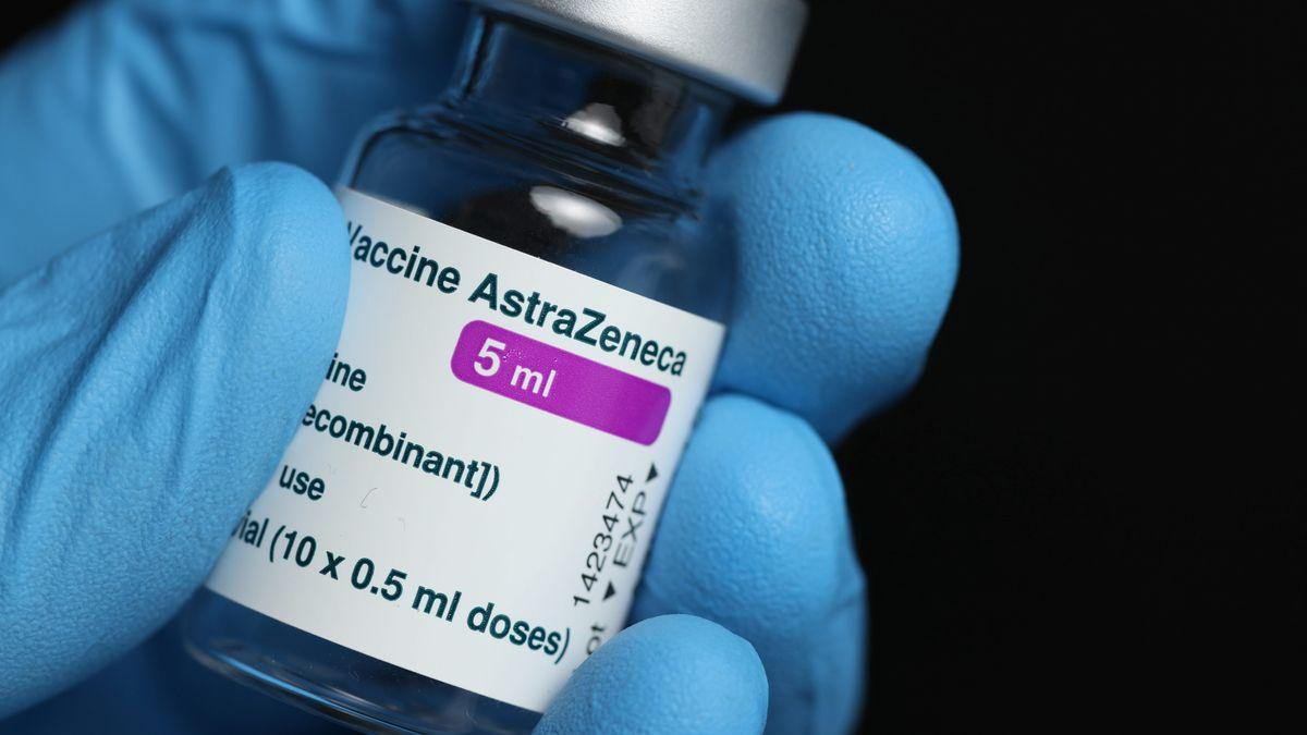 Ein Fläschchen mit Astrazeneca-Impfstoff wird hochgehalten (Symbolbild)