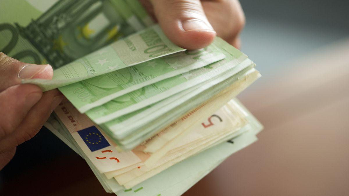 Hände zählen Geldscheine