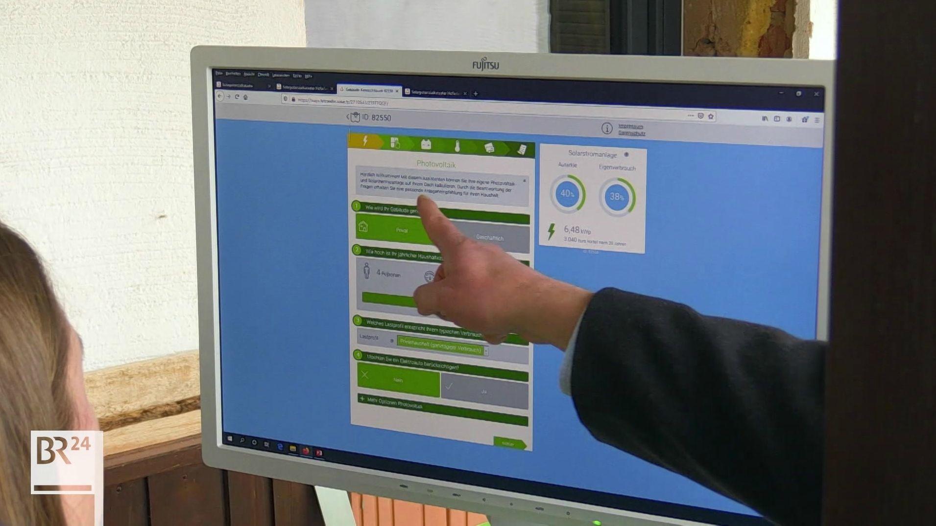 Auf dem Computerbildschirm gibt es Informationen über Solarthermie.