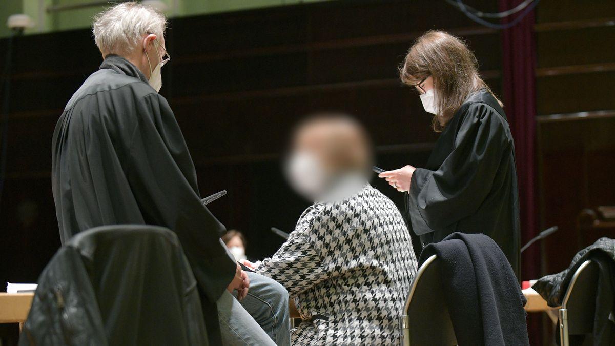 Die ehemalige Leiterin (M) der Bremer Außenstelle des Bundesamtes für Migration und Flüchtlinge (BAMF) unterhält sich mit ihrem Anwalt.