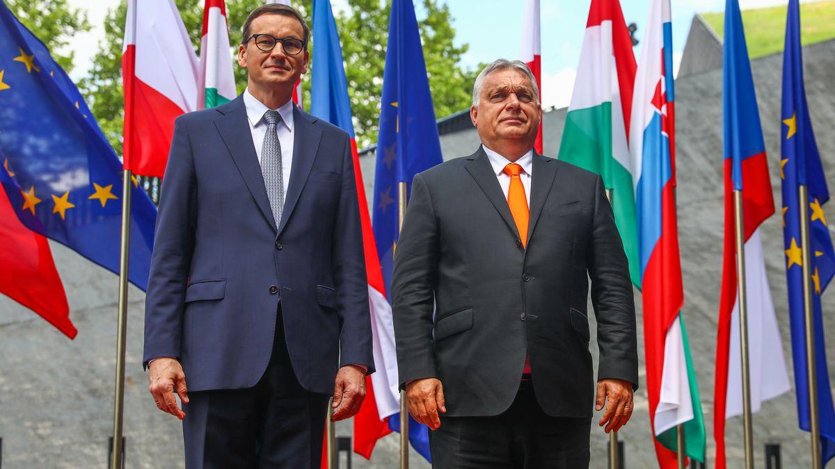 Die Regierungschefs von Polen und Ungarn, Morawiecki und Orban, stehen nebeneinander